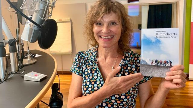Die Thurgauerin Daniela Schwegler stellt im Radiostudio in St. Gallen ihr neues Buch vor.