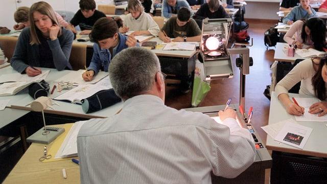 Ein Sekundarlehrer unterricht eine Schulklasse