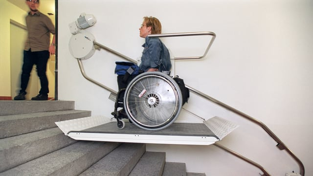 Rollstuhlfahrer auf einem Treppenlift