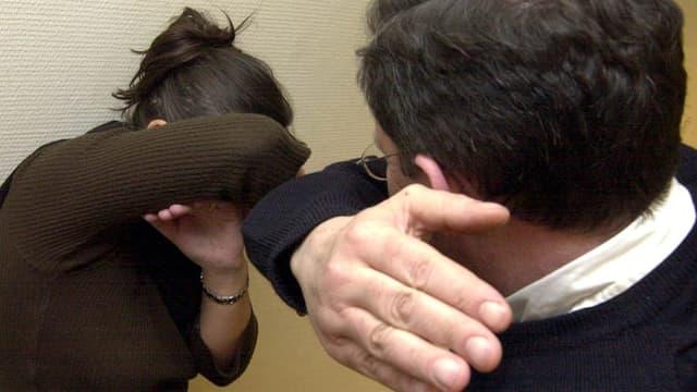 Ein Mann droht eine Frau zu schlagen.