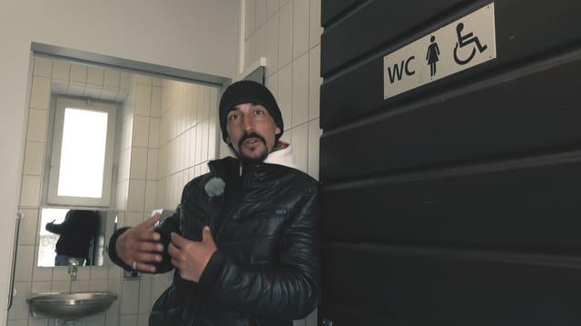 Elia war einige Jahre obdachlos. In dieser öffentlichen Toilette hat er oft übernachtet.