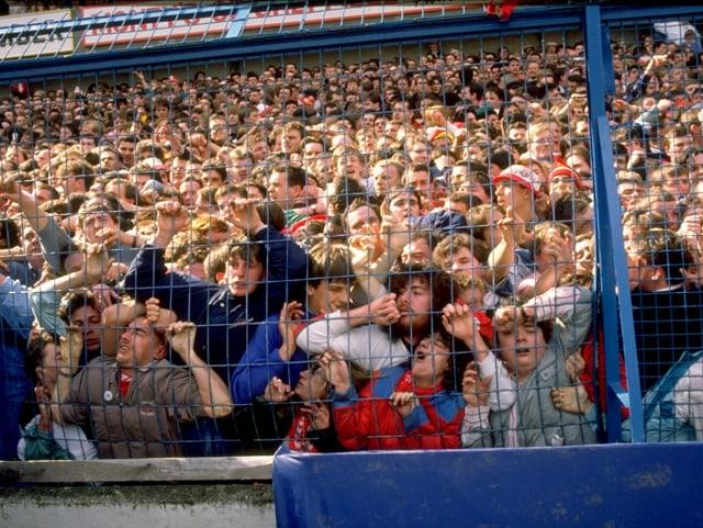 Das überfüllte Stadion.