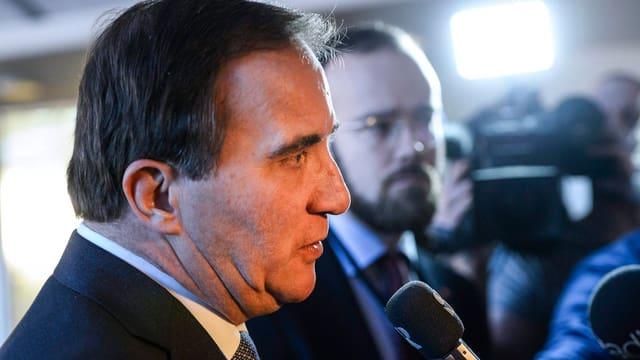 Stefan Löfven spricht vor Journalisten
