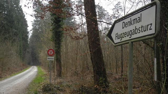 Wegweiser im Wald
