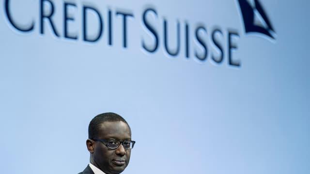 Logo der Credit Suisse, am unteren Bildrand der Kopf von Bankchef Tidjane Thiam