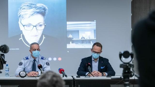 Matteo Cocchi, Kommandant der Kantonspolizei Tessin (L) und Staatsrat Norman Gobbi (R) sowie die Direktorin des Fedpol, Nicoletta della Valle.