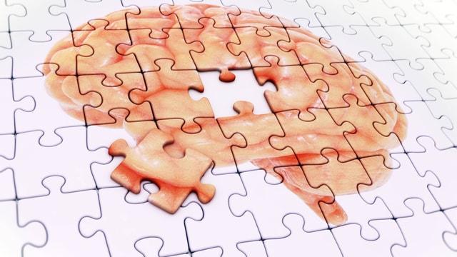 Ein Puzzlesteinchen ist aus einem Puzzle des Gehirns herausgenommen.