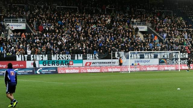 Spieler und Fan in der Swissporarena Luzern.