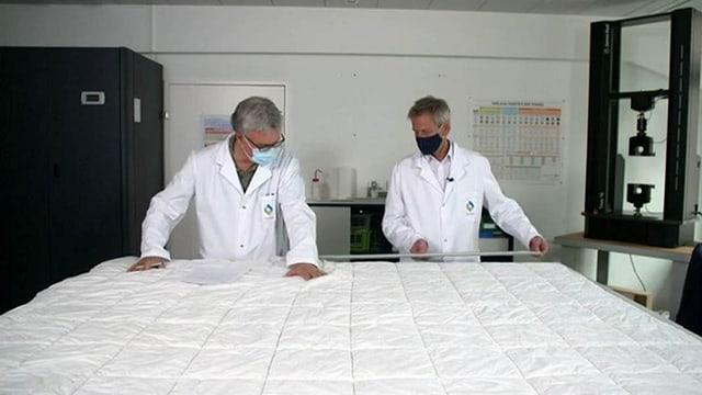 Zwei Experten untersuchen ein Duvet