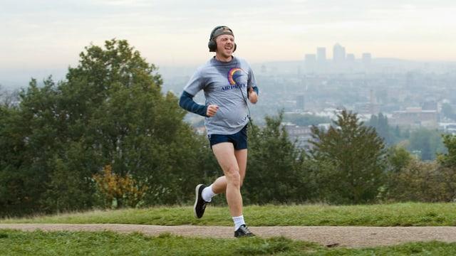 Ein Mann joggt.