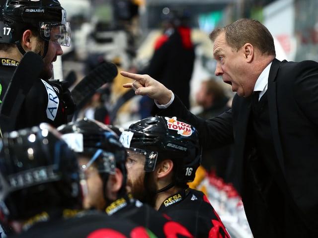 Lugano-Trainer Greg Ireland (rechts) schreit seine Spieler an