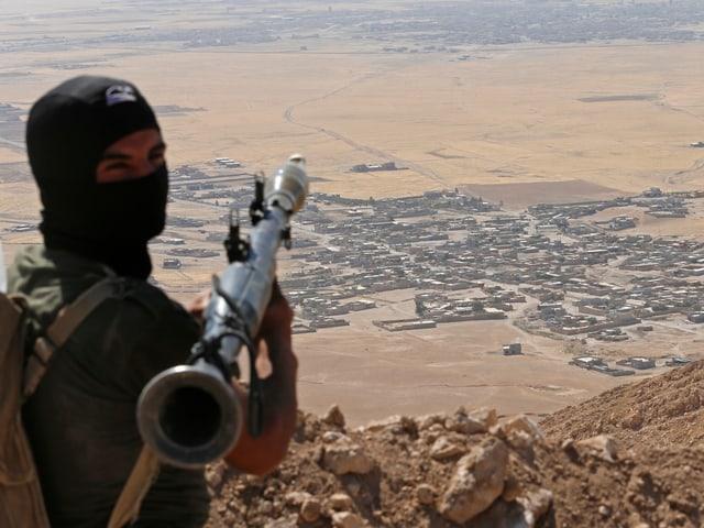 Kurdischer Kämpfer blickt auf Stadt südlich von Erbil (2014)