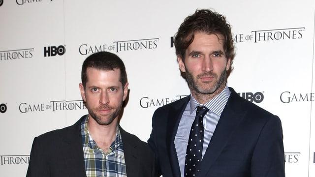 """Zwei Männer in Anzügen vor einer wWeissen Wand mit der Aufschrift """"Game of Thrones"""""""