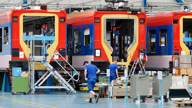 Züge mit Arbeitern davor
