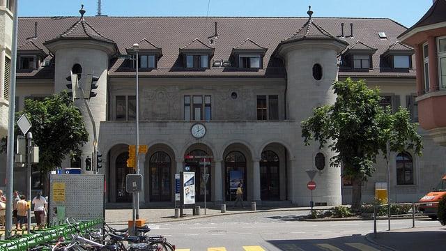 Blick auf den SBB-Bahnhof Brugg mit seinen zwei Türmen beim grossen Eingang.