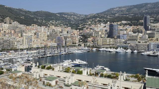 Panoramaansicht von Monaco samt Hafen.