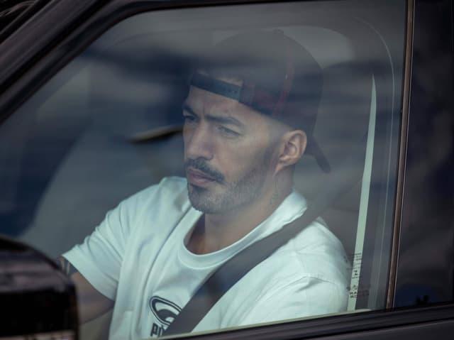 Luis Suarez sitzt in einem Auto