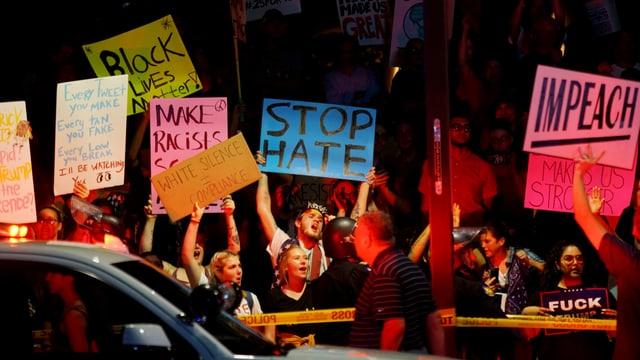 Demonstranten in Phoenix halten Plakate hoch.