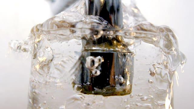Ein laufender Wasserhahn.