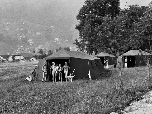Mädchen vor einem Militärzelt im Sportlager in Tenero.