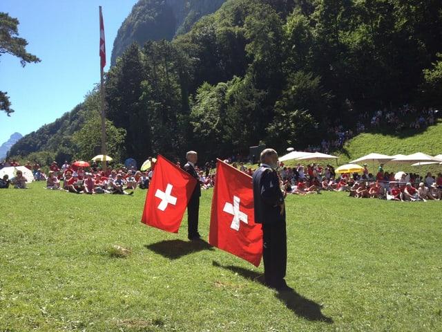 Fahnenschwinger mit Schweizerfahne