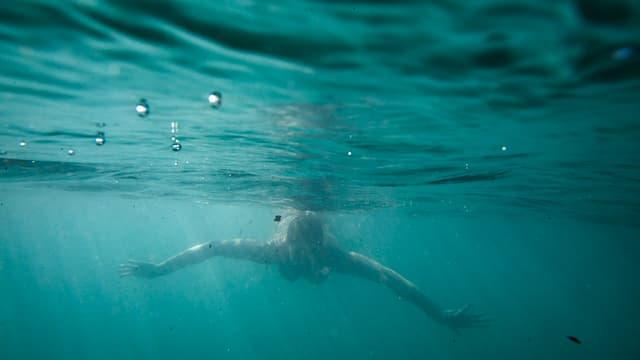 Frau unter Wasser in der Aare