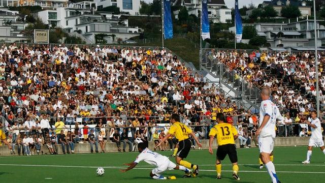 Fussballspiel vor gefüllter Tribune