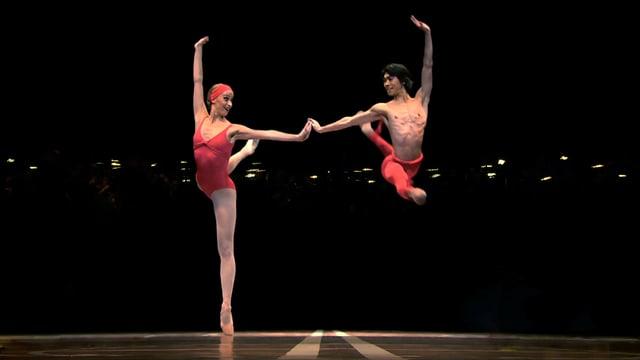 Ein Tanzpaar: Sie auf Spitzen, er im Sprung.
