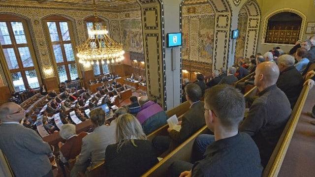 Blick in den Grossrat-Saal mit Zuschauern auf der Tribüne