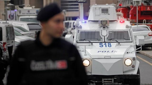Maletg simbolic: La polizia tirca duai avair arrestà 30 schurnalists.