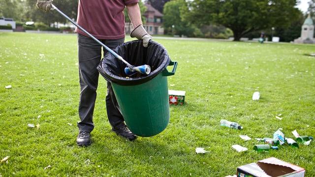 Abfallsammeln in einem Zürcher Park
