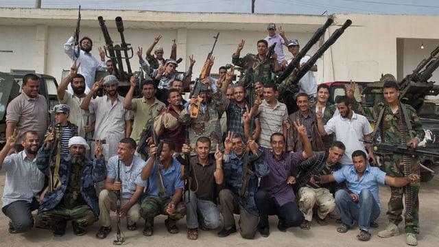 Gruppenbild einer bewaffneten Rebellentruppe.