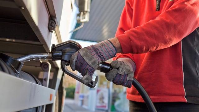 Lastwagen-Chauffeur an einer Tankstelle