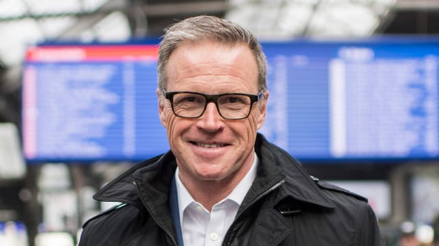 SBB-Chef Andreas Meyer steht im Zürcher Hauptbahnhof vor der Tafel mit den Abfahrtszeiten.