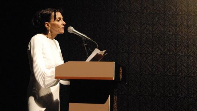 Ein Bild von Cemalnur Sargut bei einer Lesung.