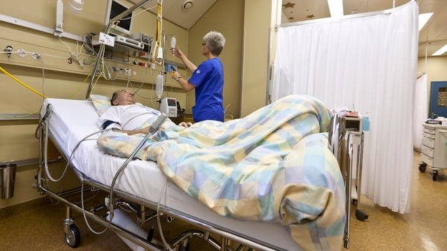 Ein Mann liegt in einem Spitalbett.