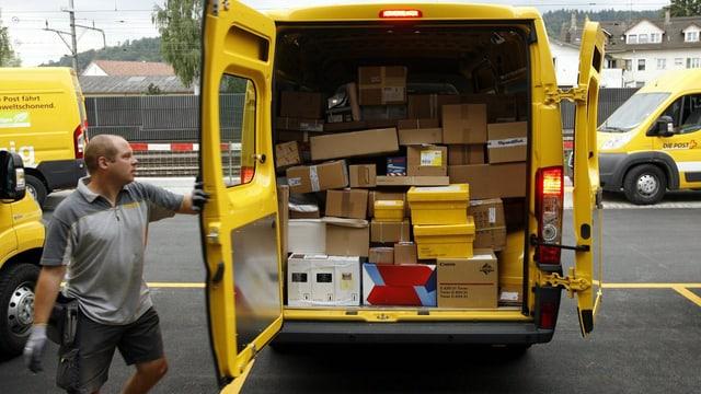 Postbote schliesst das Auto voller Pakete