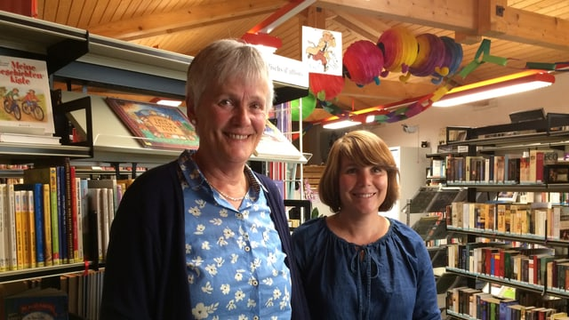 Claudia Cathomen Nay (san.) ed Evelyn Jascur en la biblioteca.