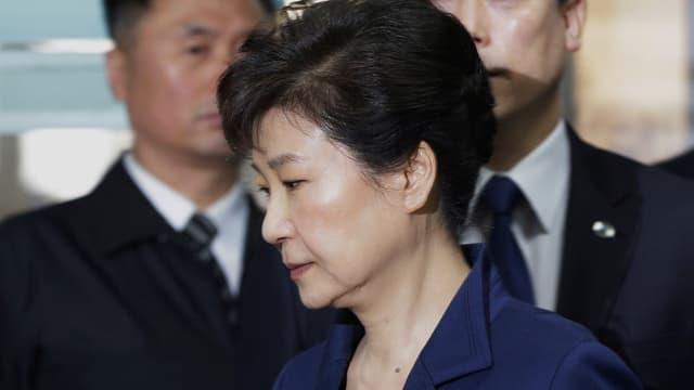 Ex-Präsidentin Park Geun-hye vor zwei Männern.