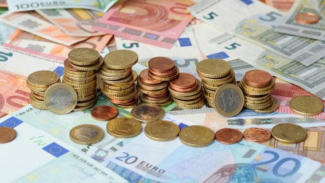 Purtret da bancnotas e munaidas dad euros.
