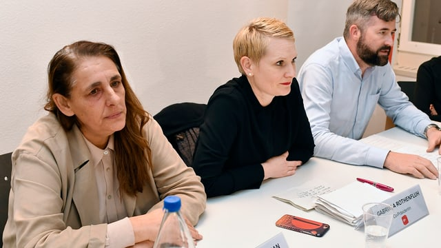 Die Zürcher SP-Mitglieder Jacqueline Badran, Gabriela Rothenfluh und Marco Denoth an einer Medienkonferenz nach dem Rückzug von Stadträtin Claudia Nielsen aus dem Stadtrat.