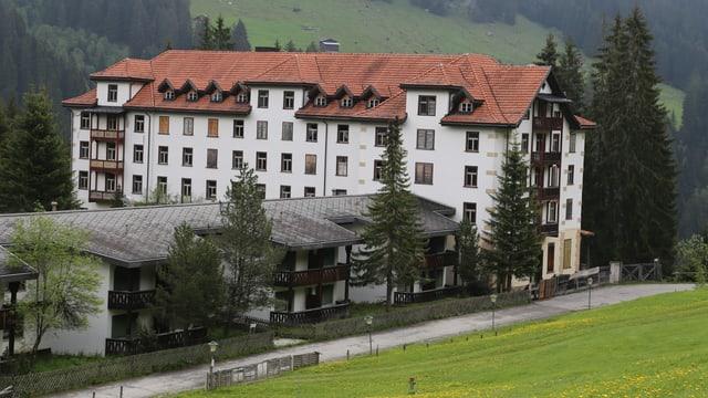 Il bajetg da hotel bogn Tenigia s presenta en in mal stan, la mesadad da las fanestras dil tract vegl en ruttas