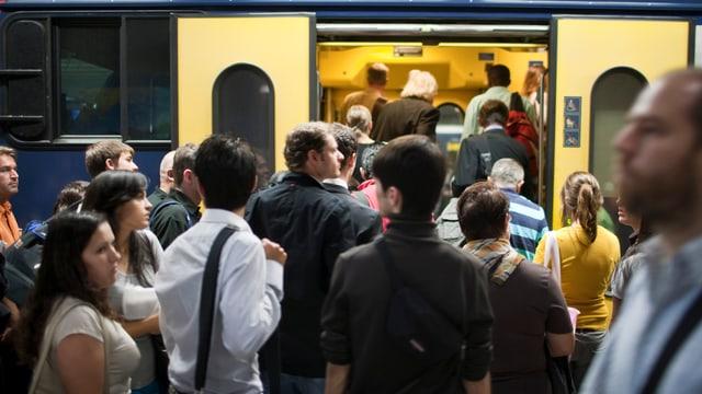 Pendler steigen an der Hauptbahnhof Zürich in die S-Bahn ein.