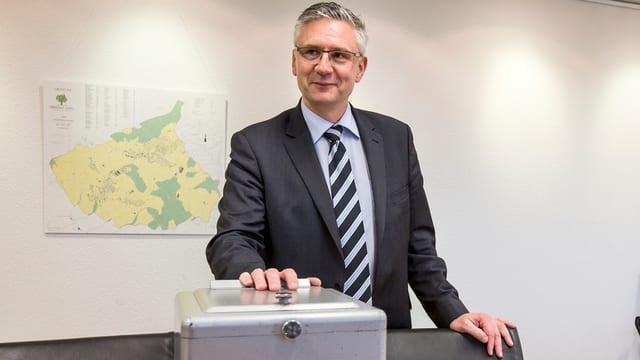 Glarner im Gemeindehaus bei der Wahlurne