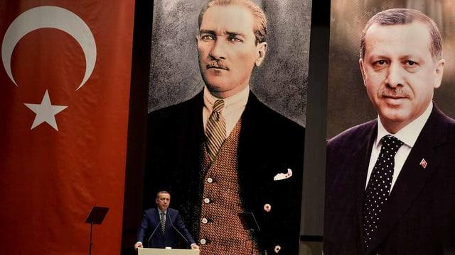 Drei grosse Transparente: Sie zeigen die türkische Flagge, Attatürks Porträt, daneben Präsident Erdogans Porträt.