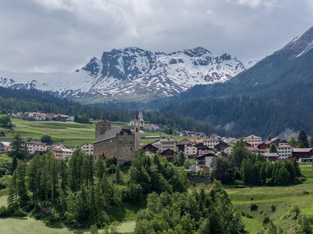 Die Gemeinde liegt im Oberhalbstein und hat knapp 300 Einwohner.