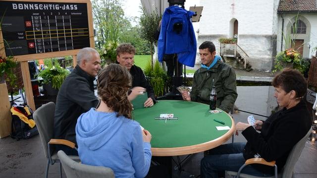 Roman Kilchsperger, Dani Müller und drei Jasser am Jasstisch