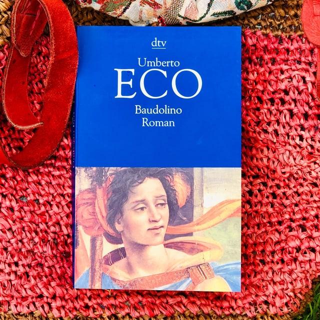 Der Schelmenroman «Baudolino» von Umberto Eco liegt auf einer Beuteltasche