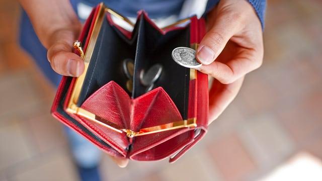 Hände nehmen Geld aus Portemonnaie