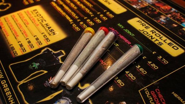 Vier Joints liegen zur Auswahl für die Kunden in einem Coffee-Shop.